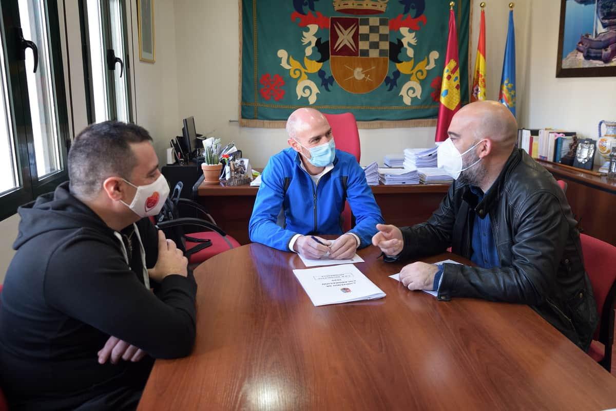 Renuevan convenio para la gestión de la Escuela Deportiva de Baloncesto de Armagasilla de Alba